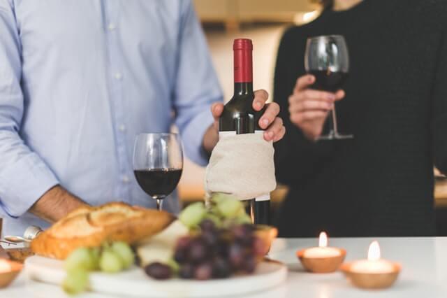 wino a romantyczna kolacja