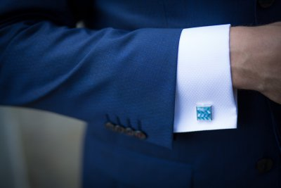 niebieski garnitur i dodatki